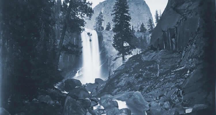 Wasserfal bordé de sapins (Basé sur photographie Vernal Falls, 300 ft., Yosemite, 1861 par Carleton E. Watkins)